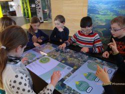 """Kinder am interaktiven Tisch in der Ausstellung """"Moor erleben"""" im Naturschutzzentrum Wilhelmsdorf"""