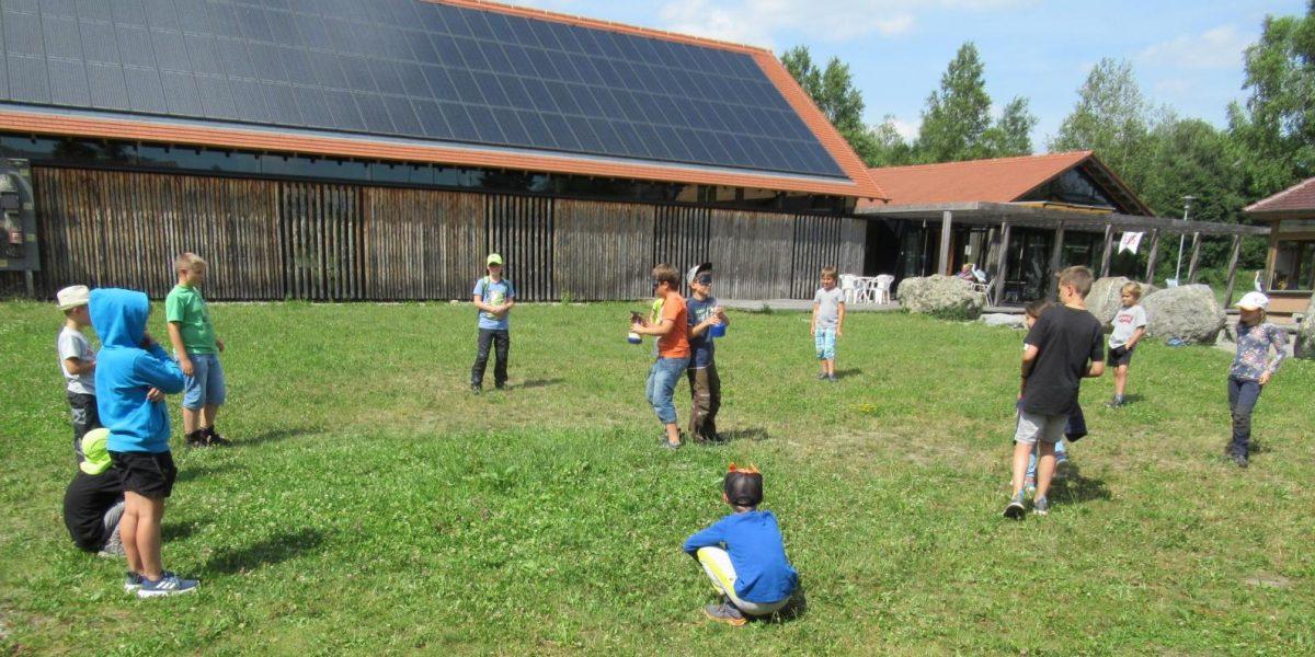 Kinder bei einem Spiel am Naturschutzzentrum Wilhelmsorfr